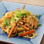 Vegetarisk nudelret med gulerødder og peanutbutter