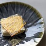Citron-yoghurtis med karamelflage