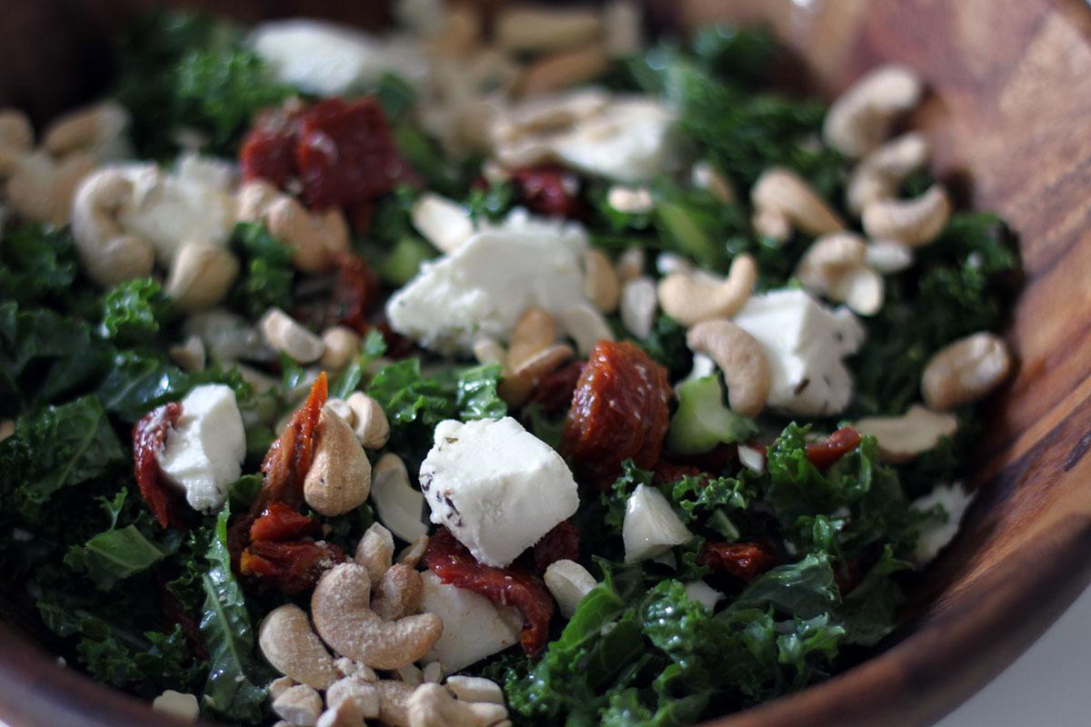 grønkålssalat, salat, grønkål, gedeost, soltørrede tomater, cashewnødder, nødder, olivenolie, honning, gedeost