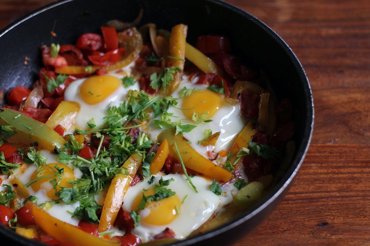 menemen, tyrkisk omelet, æg, peberfrugt, tomater, løg, chili, koriander, morgenmad, brunch