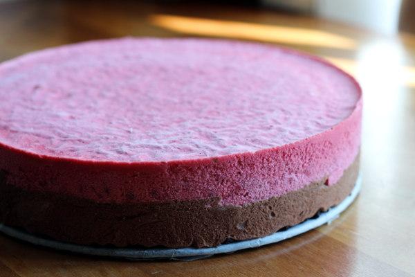 islagkage med hindbær, lagkage, is, dessert, kage, chokolademousse, chokolade, æg, fløde, rørsukker, husblas, hindbærmousse, hindbær, lakridspulver, smør