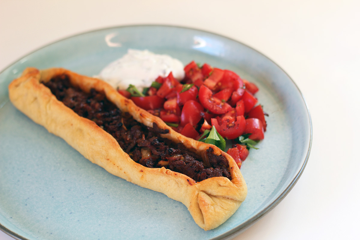 pide, tyrkisk pizzabrød, hvedemel, gær, oksekød, tomatpuré, hvidløg, løg, chili, græsk yoghurt
