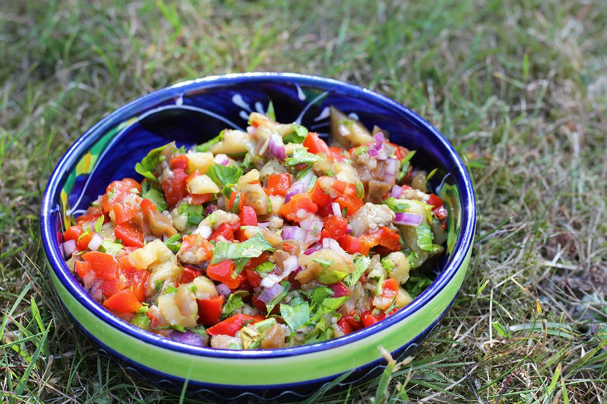 tyrkisk auberginesalat, salat, mellemøsten, tilbehør, vegetar, aubergine, peberfrugt, chili, persille