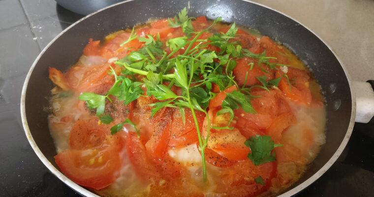 Tyrkisk fiskeret med tomater og peberfrugter