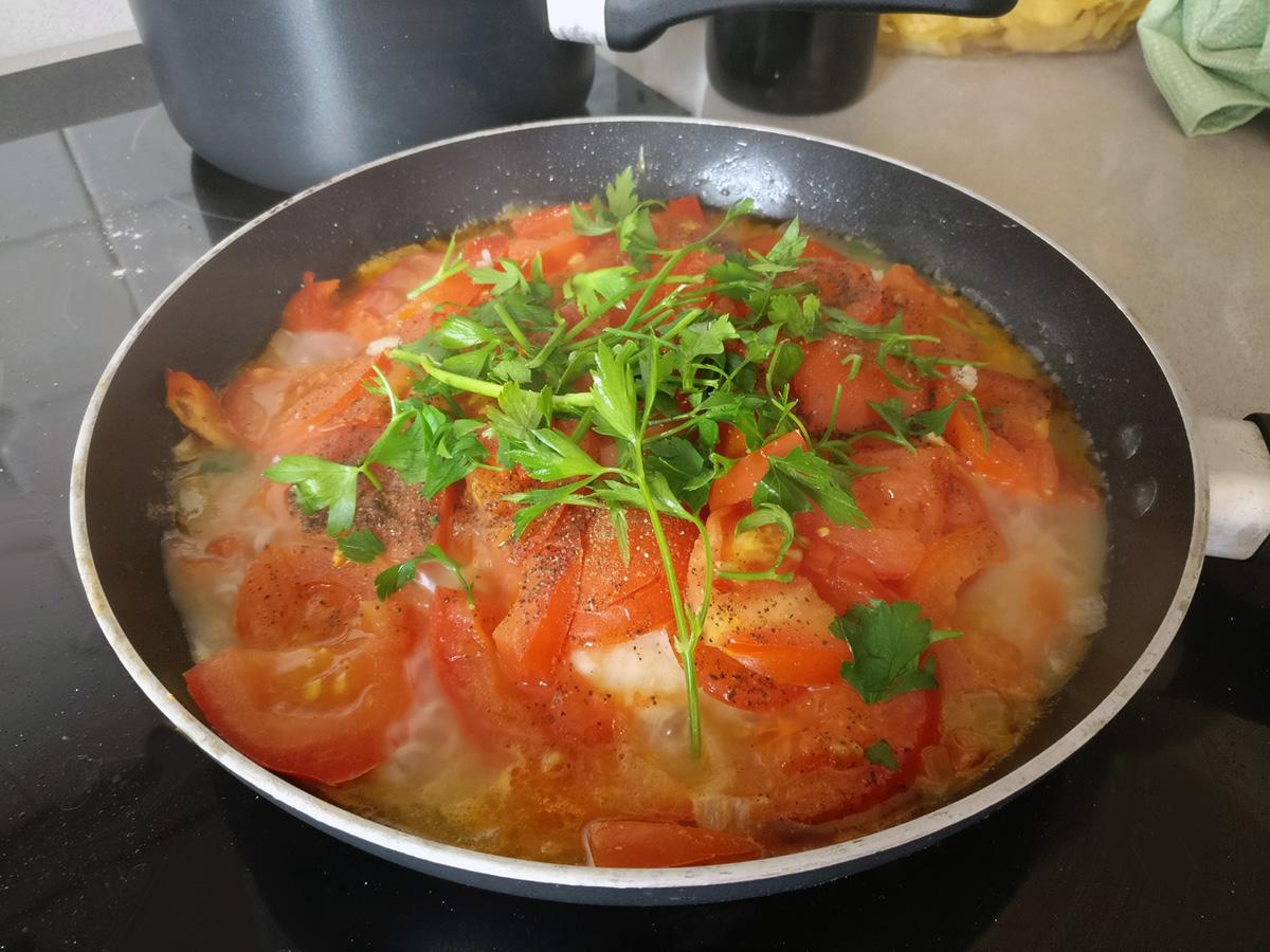 tyrkisk fiskeret, mellemøsten, fisk, tomater, peberfrugter, løg, persille, hvidløg