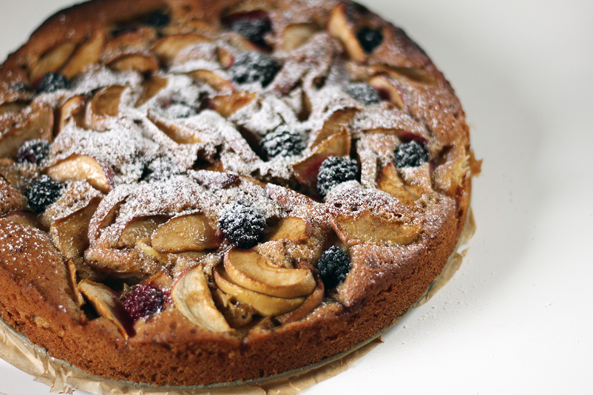 æbletærte med brombær, æbler, hvedemel, bagepulver, flormelis, rørsukker, vanilje, lakridsrodspulver, æg, mørk farin