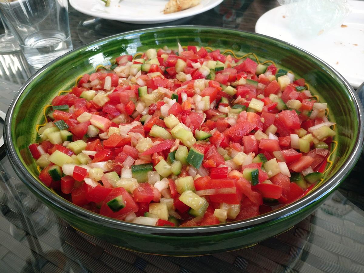 agurk, tomater, salat, løg, peberfrugt, hvidvinseddike