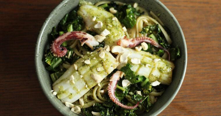 Stegt blæksprutte med pasta, pesto og palmekål