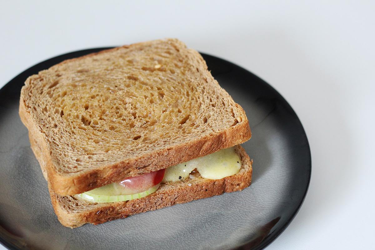 Braaibroodjies, sydafrikansk sandwich, smør, tomater, løg, ost, frokost