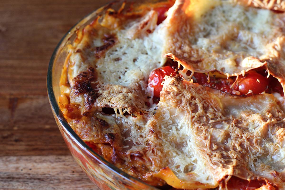 grøntsagslasagne, vegetarlasagne, lasagne, tomater, oregano, timian, hvidløg, løg, squash, aubergine, ost, mælk, fløde, muskatnød, hvedemel, smør, lasagneplader