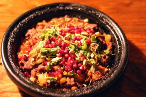 marokkansk lam i tagine, simreret, simremad, lammekød, cayennepeber, paprika, koriander, granatæble, pistacienødder, kikærter, tomater, løg, chipotle, gurkemeje, muskatnød, kanel, spidskommen