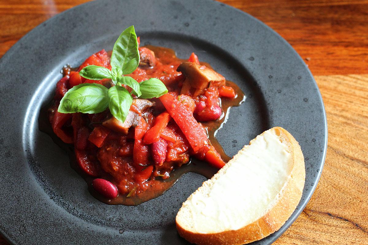 vegetarret i stegeso, tomater, hvidløg, peberfrugt, bønner, paprika, chili, svampe, rødvin, løgpulver