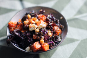 efterårssalat, salat, kartoffelsalat, sweet potatoes, kartofler, kikærter, grønkål, olivenolie, feta