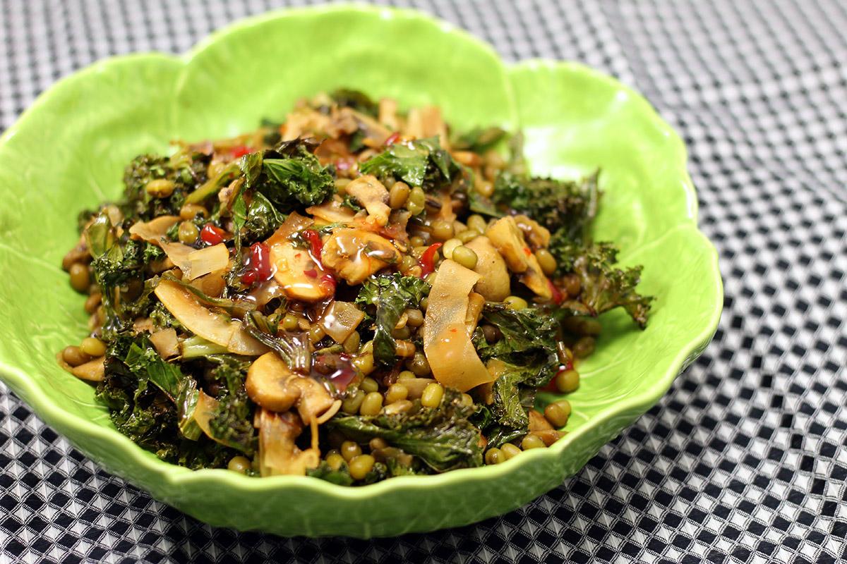linsesalat, salat, vegetarret, vegetarmad, linser, grønkål, svampe, soya, chili, kokosflager