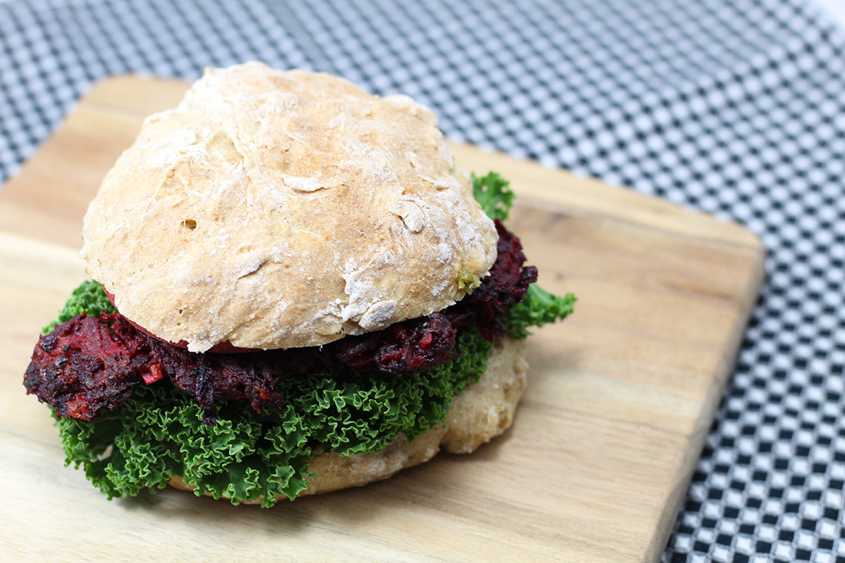 rødbedeburger, vegetarburger, burger, burgerboller, rødbeder, vegetarbøffer, grønkål, pesto
