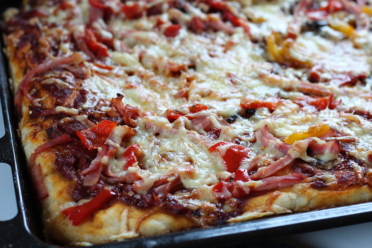 bradepandepizza, pizza, pizzadej, tomater, oregano, basilikum, løg, gær, skinke, svinekød, peberfrugt, svampe, ost