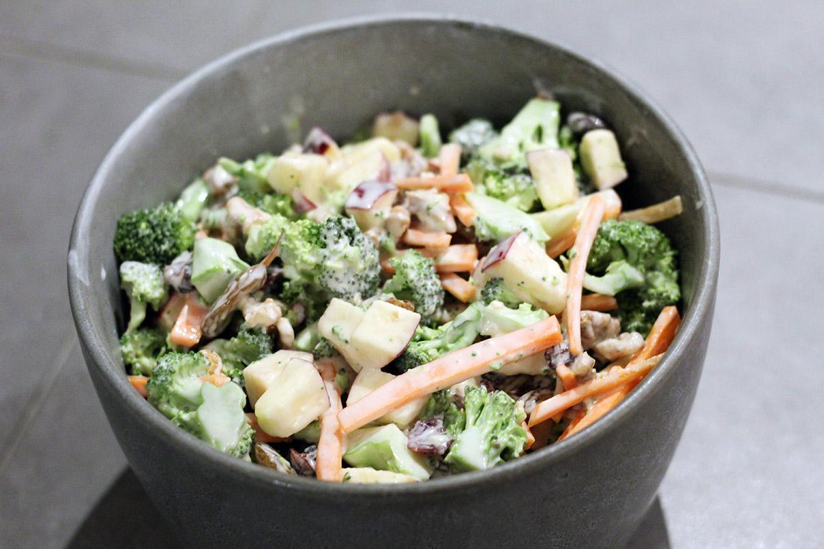broccolisalat, salat, broccoli, æbler, valnødder, creme fraiche, mayonnaise, tranebær