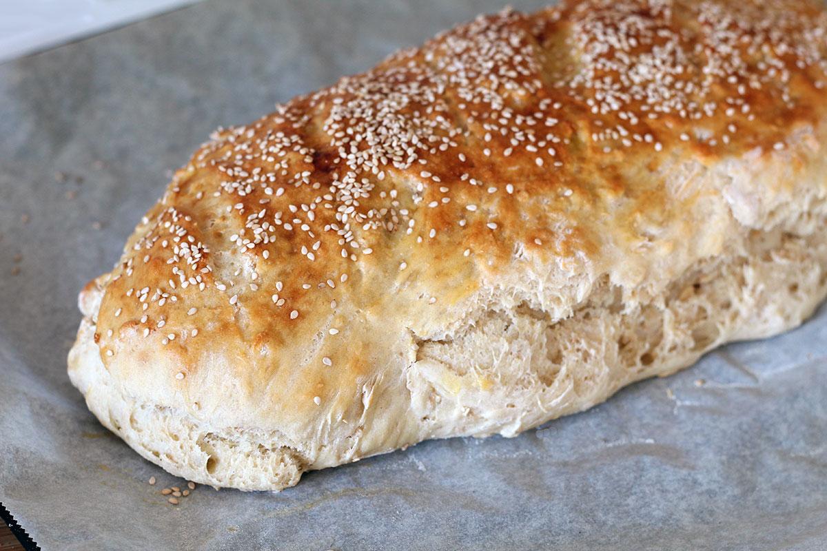 kærnemælksbrød, brød, hvedebrød, æg, sesamfrø, gær, hvedemel, fuldkornshvedemel, kærnemælk, havregryn