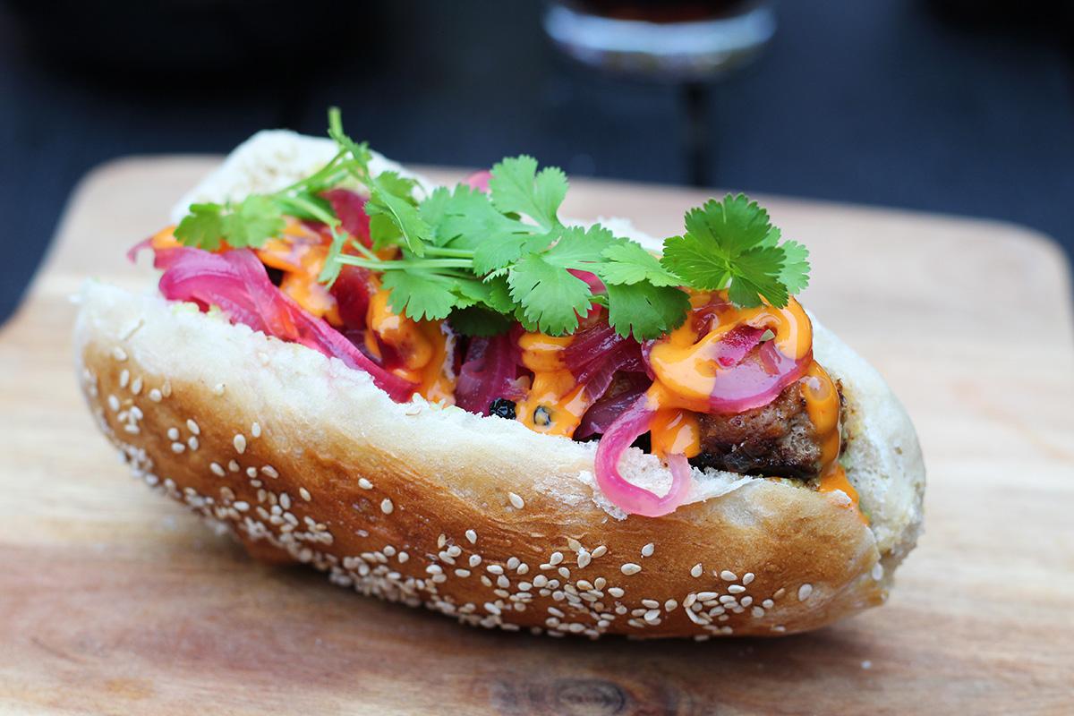 asiatiske hotdogs, brød, svinekød, chili, koriander, cayennepeber, rødløg, mayonnaise, fastfood, hotdog