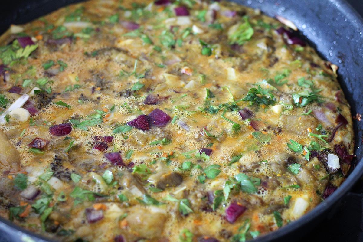 aubergine-æggekage, æggekage, frokost, aftensmad, vegetar, vegetarmad, vegetarret, rødløg, æg, aubergine, hvidløg, gurkemeje, æg, persille