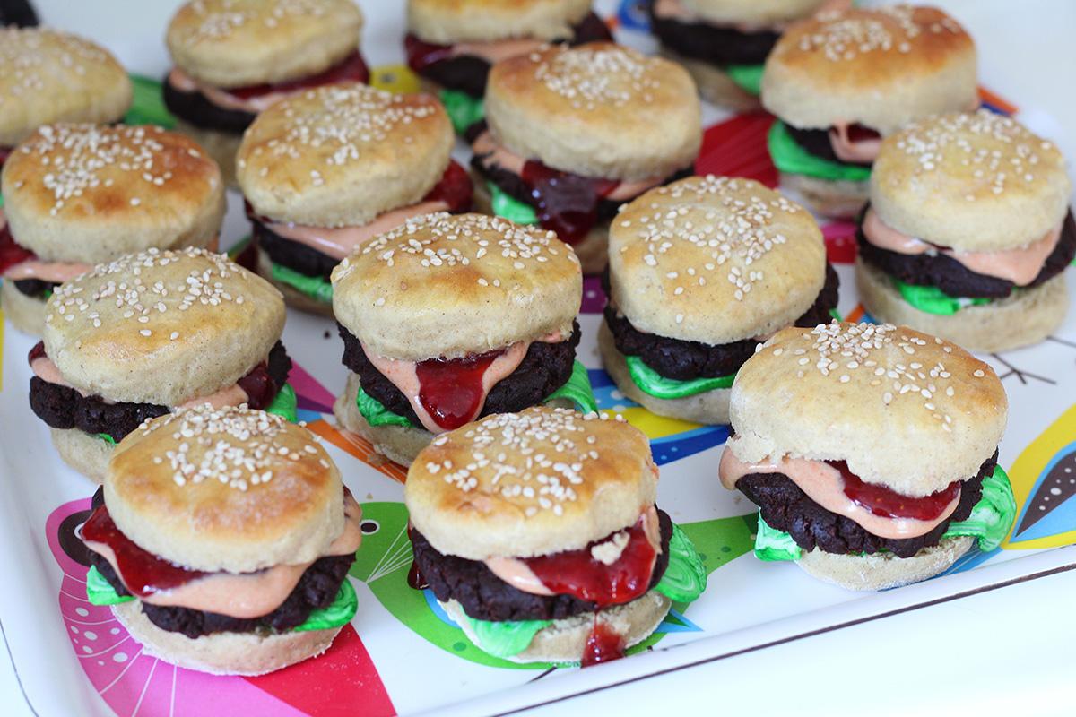 burgerkager, kageburger, dessertburger, dessert, kage, boller, kageboller, burgerboller, chokolade, trøffel, romkugler, chokoladekage, rom, kakao, hvedemel, sesamfrø, æg, gær, jordbær, rørsukker, chokolade, fondantfarve