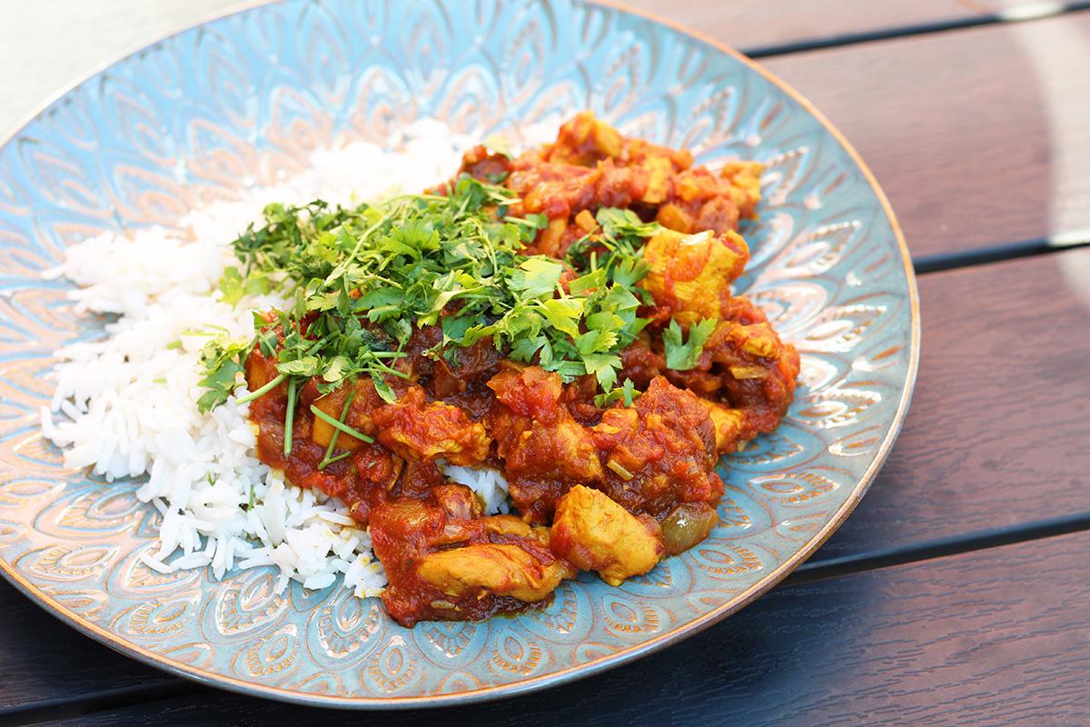 persisk kylling i abrikossauce, kylling, løg, hvidløg, gurkemeje, spidskommen, chili, cayennepeber, tomater, safran, kanel, ingefær, abrikoser, lime