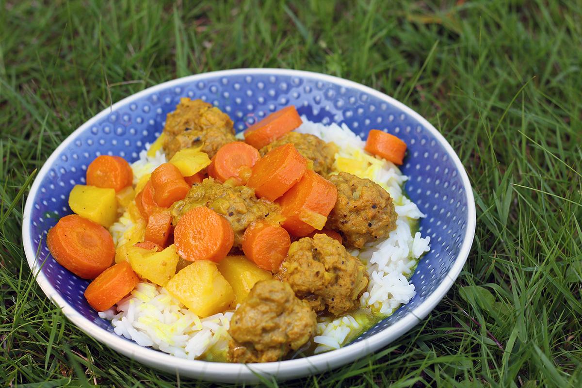 lammekødboller, lammekød, kødboller, løg, gulerødder, kartofler, gurkemeje, bouillon, citron