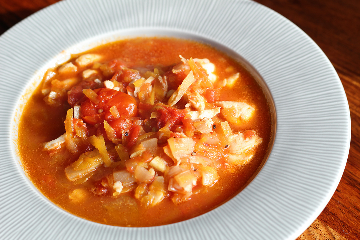 fiskesuppe, suppe, fisk, laks, rødspætte, butternut squash, rødløg, hvidvin, bouillon, tomater, fennikel, chili, rejer