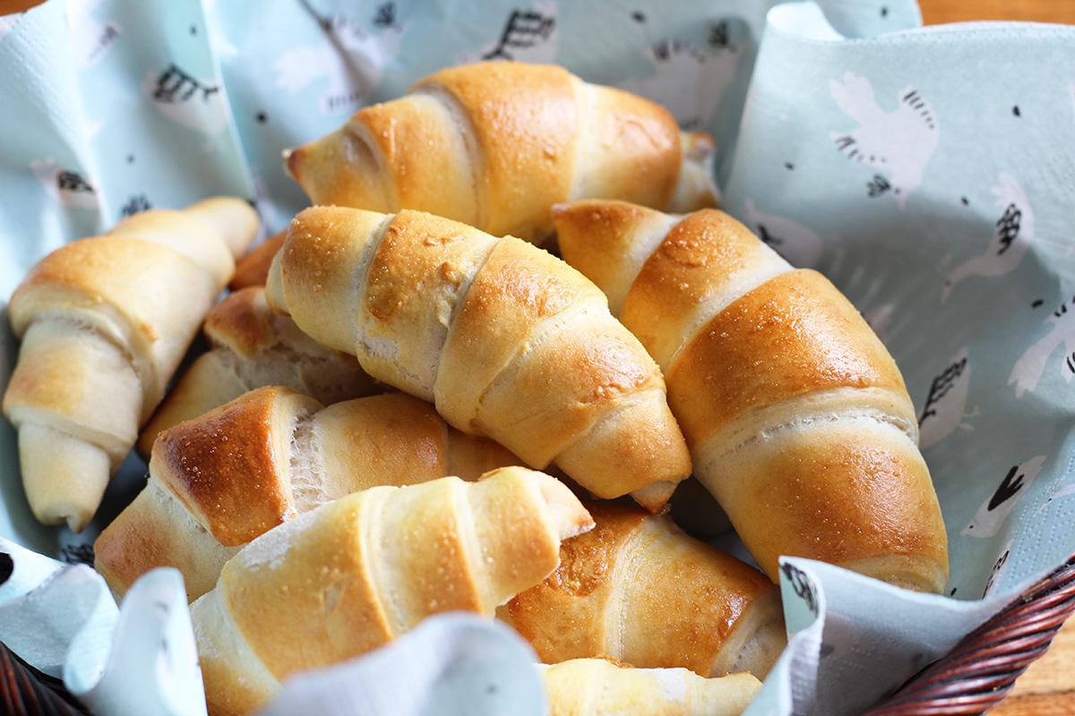 kuvertbrød, brød, boller, horn, brødhorn, hvedemel, smør, gær, græsk yoghurt