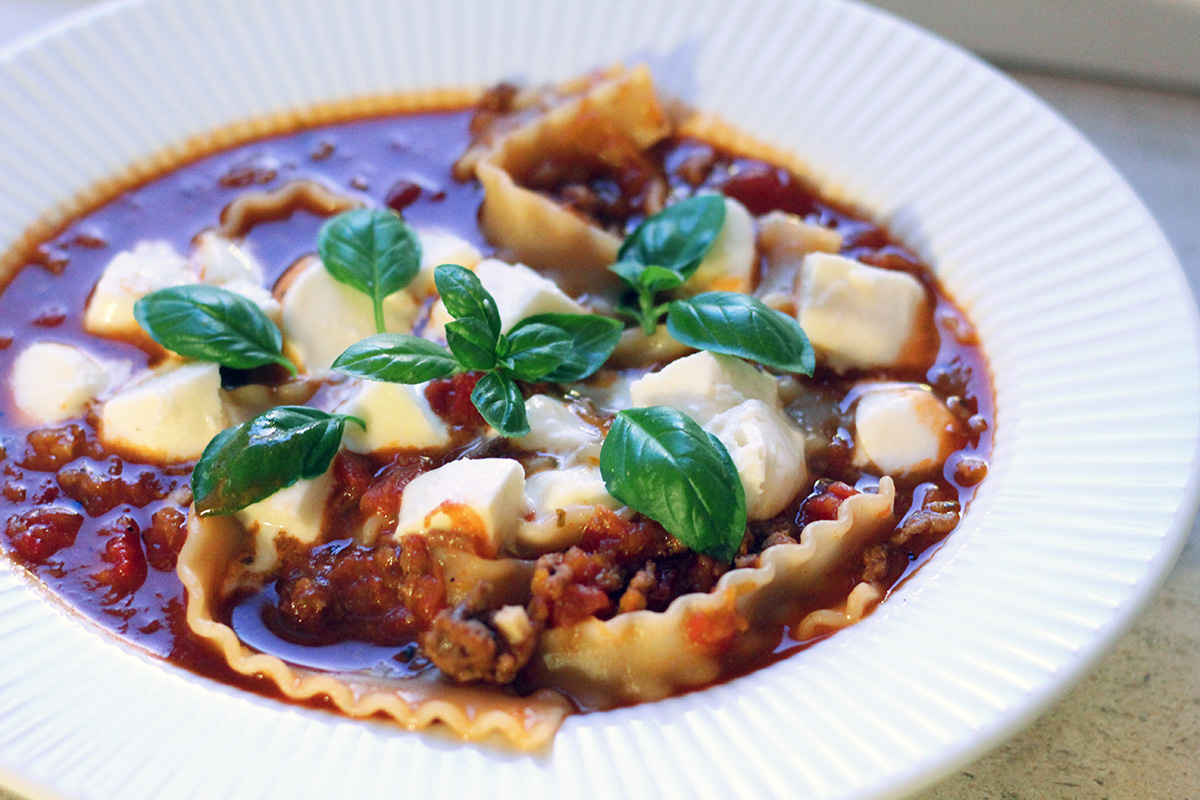 lasagnesuppe, kødsuppe, suppe, oksekød, tomater, løg, hvidløg, oregano, basilikum, mozzarella, pasta, gulerødder, rødvin