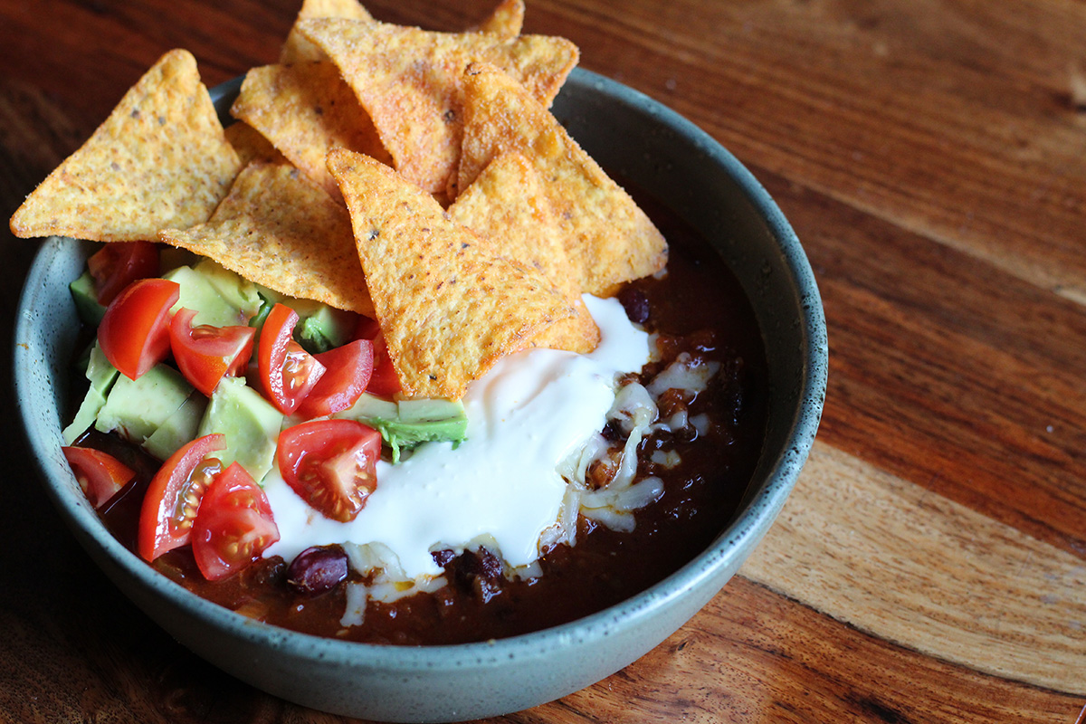 tacosuppe, kødsuppe, suppe, kødsauce, oksekød, løg, hvidløg, tomater, avokado, tacochips, ost, creme fraiche, chili, cayennepeber, chipotle