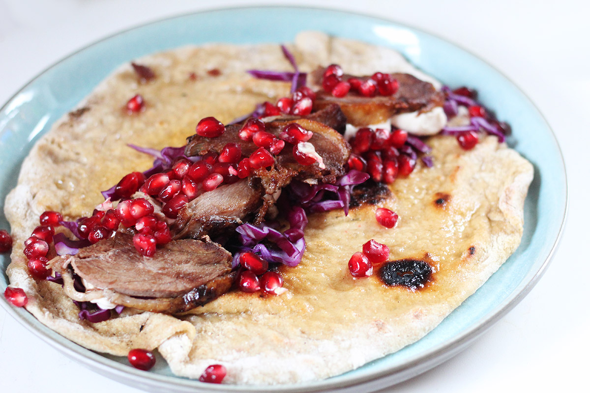 andekebab, ande-kebab, kebab, and, granatæble, rødkål, fladbrød, yoghurt, tahin