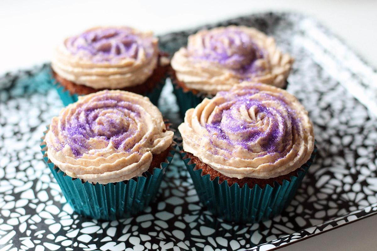 blommemuffins, muffins, blommer, blommekage, kanelcreme, flødeostecreme, smør, rørsukker, vanilje, kanel, flødeost, flormelis, æg, bagepulver, hvedemel,