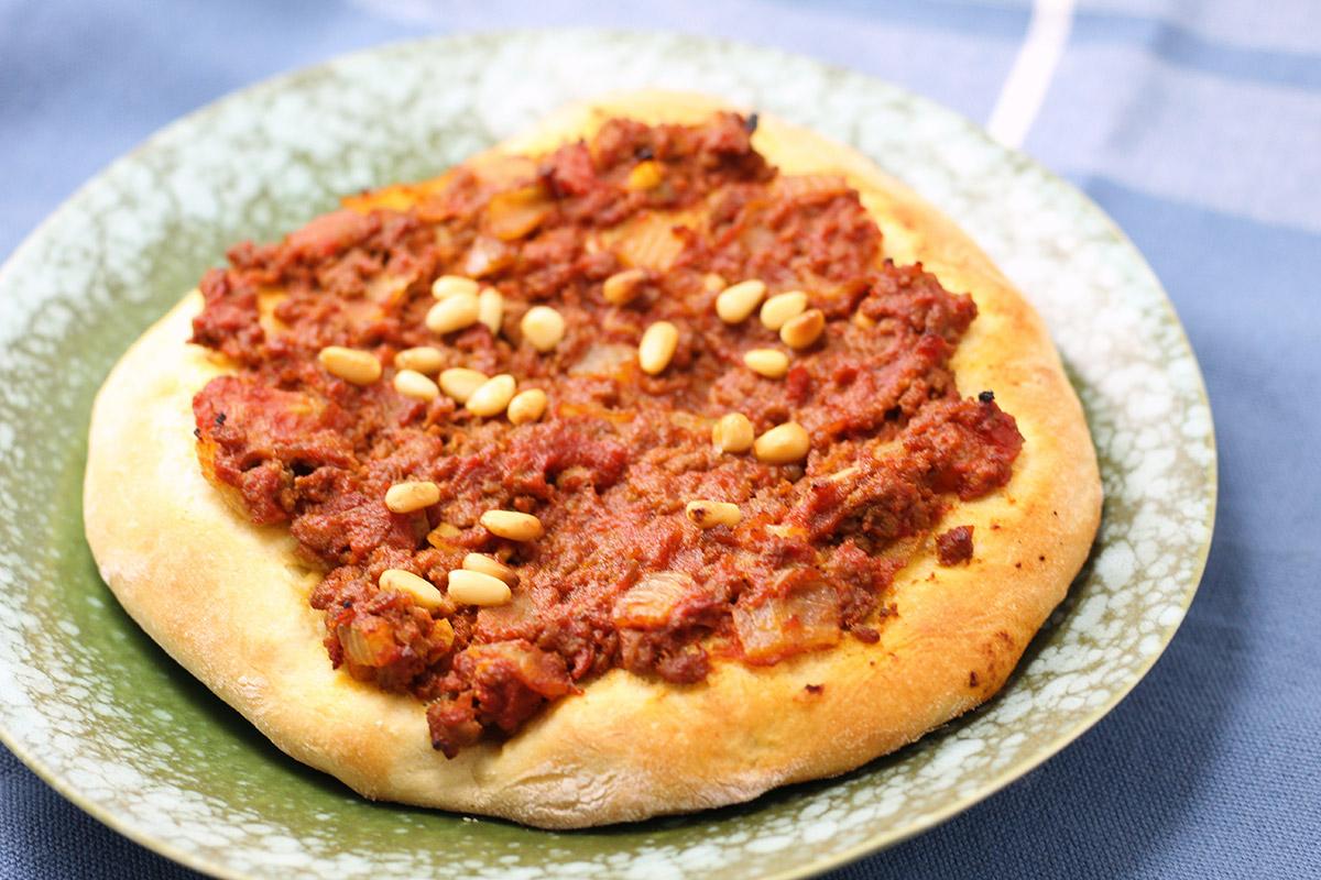 libanesisk pizza, oksekød, hvedemel, gær, løg, hvidløg, paprika, chili, pinjekerner,tomater,