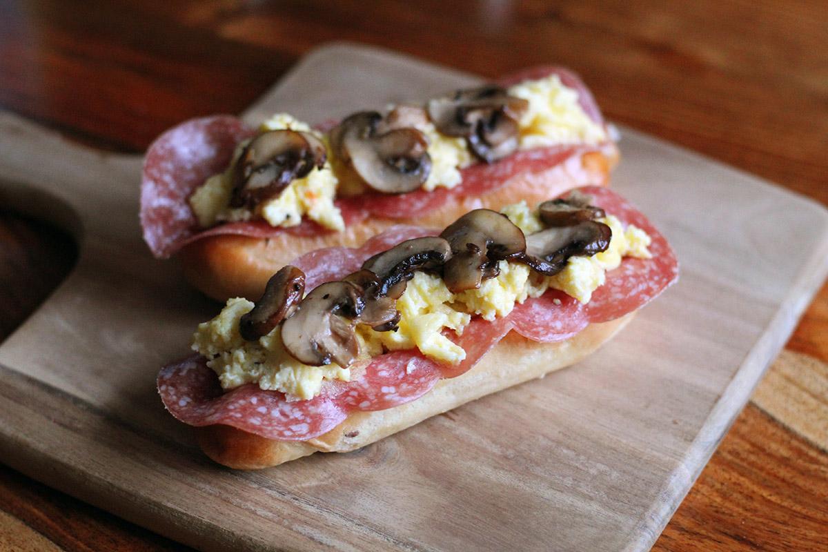 morgenmadshotdog, hotdog, morgenmad, pølse, brød, svampe, æg, fløde, ost, ketchup,