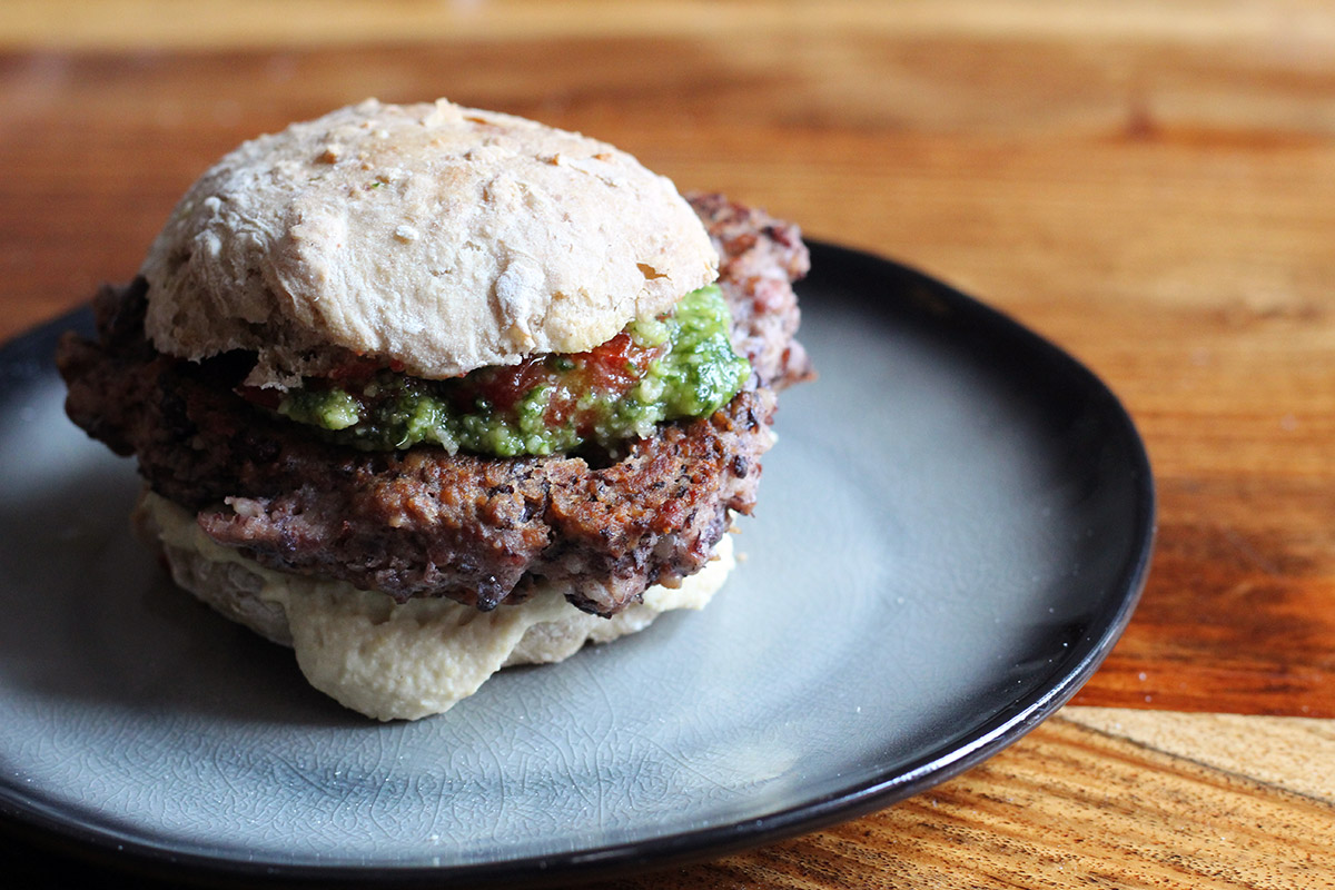 bønneburger, burger, vegetarburger, bønne, æg, tomater, grønkål, pesto, mayonnaise, sambal oelek,
