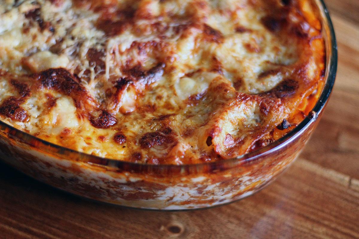 chili-lasagne, lasagne, chili, oregano, basilikum, lasagneplader, pasta, oksekød, tomater, løg, gulerødder, rødvin, ost, bønner, mælk, hvedemel,