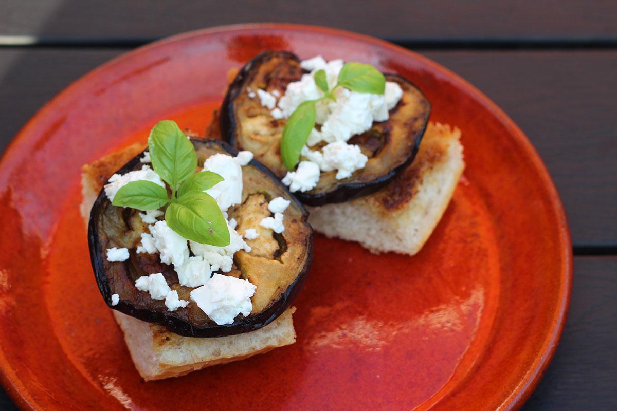 auberginemadder, aubergine, brød, smør, olivenolie, feta,