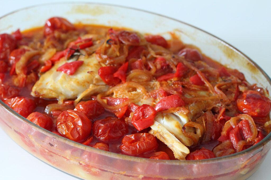 bacalhau,portugisisk fiskeret, torsk, kartofler, tomater, rosmarin, laubærblade, peberfrugt, løg, hvidløg, hvidvin,olivenolie, chili,