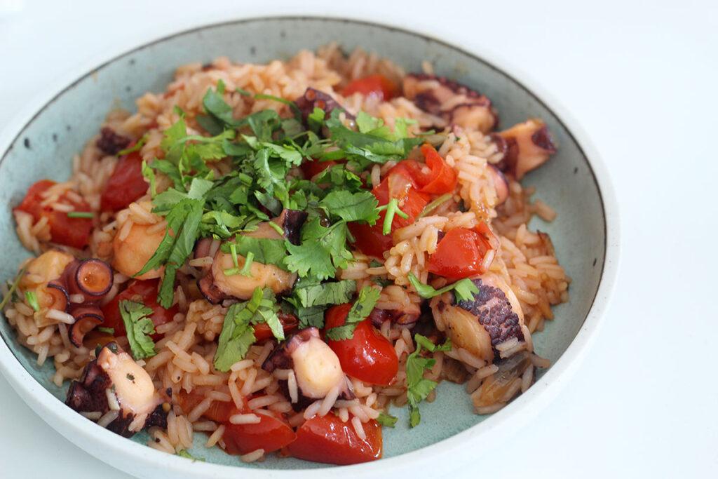 blæksprutte, ris, tomater, løg, koriander, laurbærblad, persille, hvidløg,