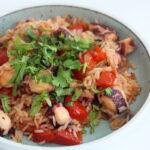 Blæksprutte med ris og tomater