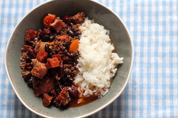 feijoada, oksekød, svinekød, gulerødder, løg, tomater, bønner, hvidløg, laurbærblade,