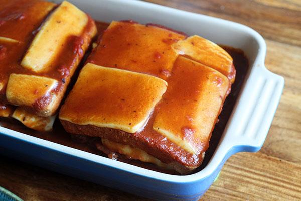 francesinha, portugisisk bøfsandwich, brød, toastbrød, ost, smør, hvedemel, tomater, oksekød, svinekød, portvin, øl, laurbærblade, mælk