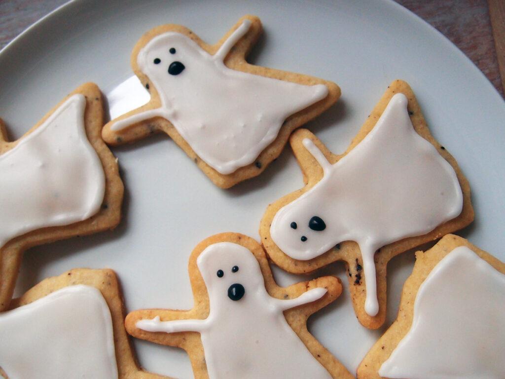 spøgelses-småkager, spøgelser, småkager, Halloween, Halloween-kager, Halloween-småkager, kage, dessert, smør, rørsukker, æg, hvedemel, citroner, lakridspulver