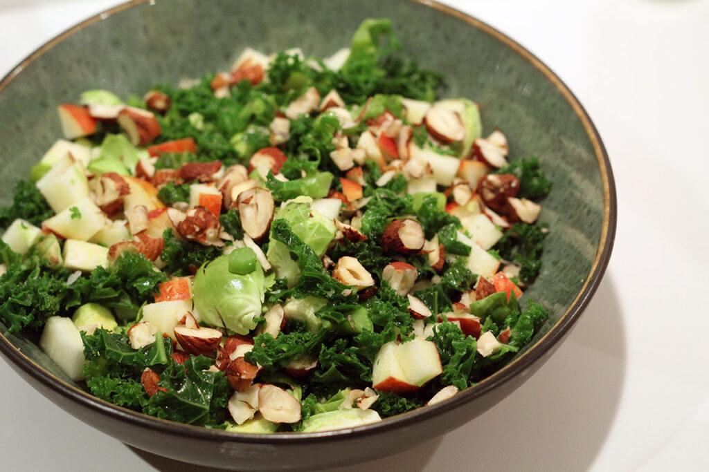 rosenkålssalat, rosenkål, æble, grønkål, honning, hasselnødder, nødder, olivenolie