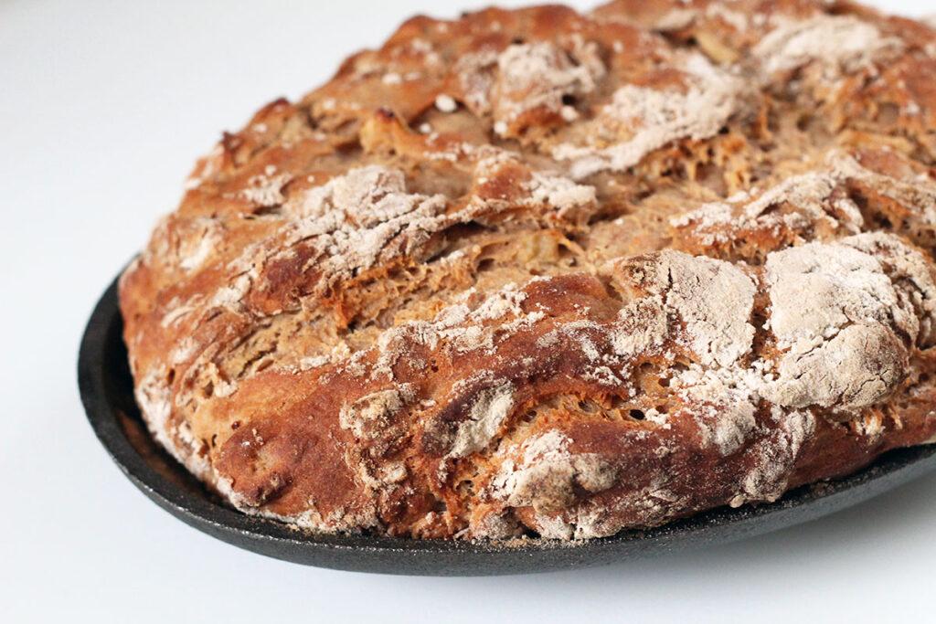 grillet æblebrød med kanel, hvedemel, gær, creme fraiche, æble, kanel, sirup