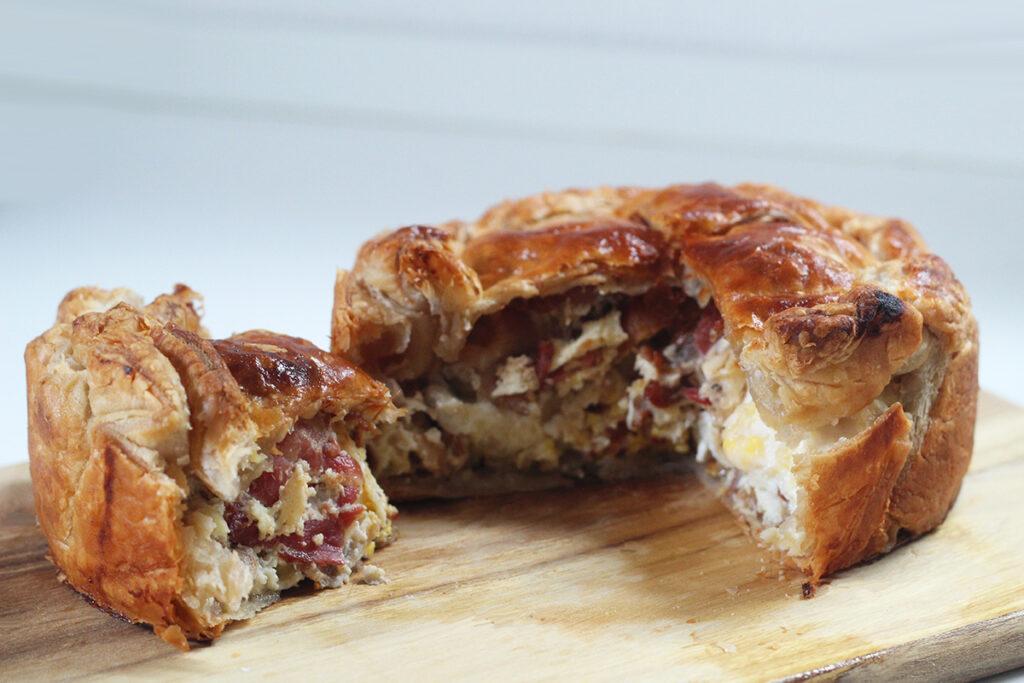 bacon & egg pie, bacontærte, madtærte, tærte, pie, bacon, æg, løg, ost, butterdej